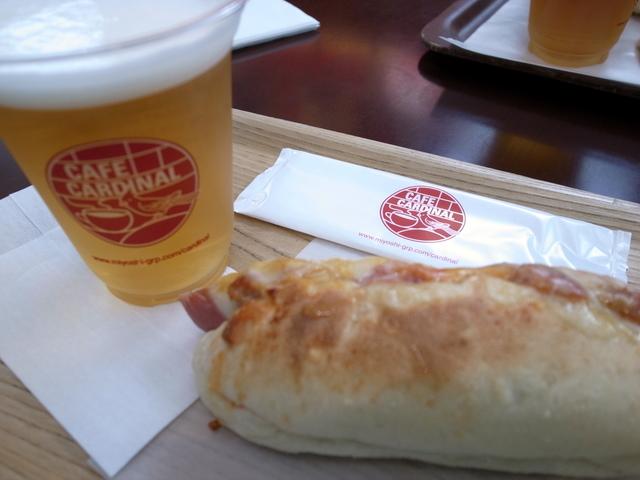 ビールとホットドッグ