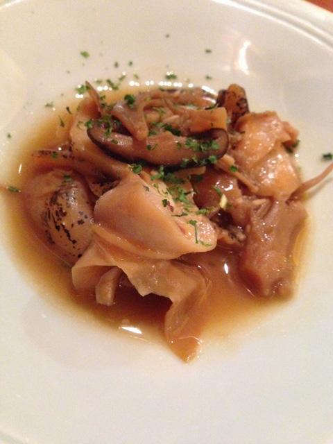 薄切りつぶ貝と茸のガーリックバターソース