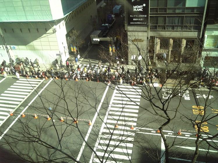 ランナーを待つ沿道の人々